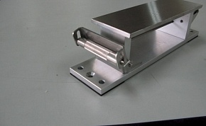 This wedge roller pulls the sandpaper strongly gripping it. When the screw knob on the other side is turned, the power to pull is produced.