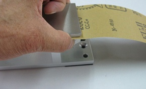 Please bite the sandpaper firmly pushing up the wedge roller on a fixed side by the finger.