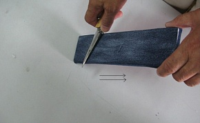 Please strap it in carefulness. Denim is cut when moving it in the direction of the tip of the blade.